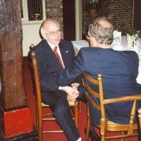 Vertrekkend bestuurslid dr. A.J.H. Nollet in gesprek met bestuurslid dr.ir. K. van der Wiele.