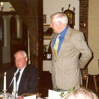 Vertrekkend secretaris-penningmeester prof.ir. W. Herman de Groot spreekt een dankwoord. Rechts van hem zit oud-bestuurslid prof.drs. P.J. van den Berg.