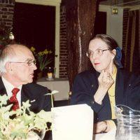 Dr. A.J.H. Nollet (l) in gesprek met de administrateur van het Hoogewerff-Fonds, mevrouw C.M. van der Loo-Vreeburg.