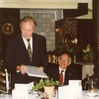 De vice-voorzitter prof.dr.ir. H. de Waal spreekt de vertrekkende bestuursleden toe, naast hem zit Dr. A.J.H. Nollet.