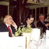 Vertrekkend bestuurslid dr. A.J.H. Nollet, naast hem de administrateur van het Hoogewerff-Fonds, mevrouw C.M. van der Loo-Vreeburg, en oud-bestuurslid prof.ir. A.H. de Rooij.