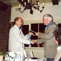 De voorzitter van het Hoogewerff-Fonds, prof.ir. C.M. van den Bleek, overhandigt vertrekkend secretaris-penningmeester prof.ir. W. Herman de Groot een cadeau.