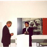 Prof.drs.ir. J. Groot Wassink overhandigt de Zilveren Medaille, verbonden aan de Hoogewerff Jongerenprijs, aan de winnaar van 1995, dr.ir. B. Smit.