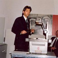 Dr.ir. B. Smit tijdens zijn voordracht. Rechts prof.drs.ir. J. Groot Wassink, lid van het bestuur van het Hoogewerff-Fonds.