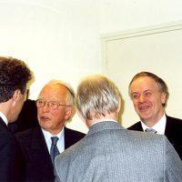 De winnaar van de Hoogewerff Gouden Medaille 2000, prof.dr.ir. W.P.M. van Swaay (rechts), naast de voorzitter van het Hoogewerff-Fonds, prof.dr.ir. D. Thoenes (2e van links). Uiterst links: prof.dr.ir. J. de Swaan Arons, de winnaar van de Hoogewerff Gouden Medaille 2006.