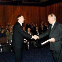 De voorzitter van het Hoogewerff-Fonds, prof.dr.ir. D. Thoenes, feliciteert prof.dr.ir. W.P.M. Van Swaaij.
