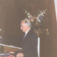 De voorzitter van het Hoogewerff-Fonds, prof.dr.ir. D. Thoenes, spreekt de winnaar van de Gouden Medaille, prof.dr.ir. W.P.M. van Swaaij, toe.