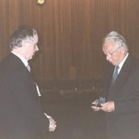 De voorzitter van het Hoogewerff-Fonds, prof.dr.ir. D. Thoenes, overhandigt de Hoogewerff Gouden Medaille 2000 aan prof.dr.ir. W.P.M. van Swaaij.