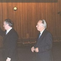Prof.dr.ir. W.P.M. van Swaaij toont de Hoogewerff Gouden Medaille. Rechts de voorzitter van het Hoogewerff-Fonds, prof.dr.ir. D. Thoenes.