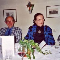 V.l.n.r. de voorzitter van het Hoogewerff-Fonds, prof.ir. C.M. van den Bleek, de vertrekkend administrateur mevrouw C.M. van der Loo-Vreeburg, en nog net zichtbaar, de secretaris-penningmeester, prof.ir. W. Herman de Groot.