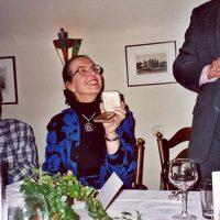 De vertrekkende administrateur van het Hoogewerff-Fonds, mevrouw C.M. van der Loo-Vreeburg, met de Bronzen Hoogewerff Medaille. Rechts van haar zit de voorzitter prof.ir. C.M. van den Bleek, links van haar staat de secretaris-penningmeester, prof.ir. W. Herman de Groot
