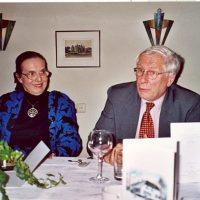 De vertrekkend administrateur van het Hoogewerff-Fonds, mevrouw C.M. van der Loo-Vreeburg, en de secretaris-penningmeester, prof.ir. W. Herman de Groot.