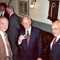 Op de voorgrond, v.l.n.r., vice-voorzitter prof.dr.ir. H. de Waal, vertrekkend voorzitter prof.dr.ir. D. Thoenes, bestuurslid dr. A.J.H. Nollet. Op de achtergrond, v.l.n.r., bestuursleden prof.dr.ir. J.C. Schouten, prof.dr.ir. G.F. Versteeg, secretaris-penningmeester.