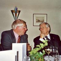 De secretaris-penningmeester van het Hoogewerff-Fonds, prof.ir. W. Herman de Groot, in gesprek met bestuurslid ir. D. van der Meer.
