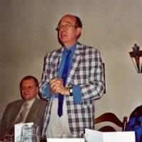 De voorzitter van het Hoogewerff-Fonds spreekt de afscheid nemende oud-voorzitter en administrateur toe. Rechts van hem zit bestuurslid prof.dr.ir. J.C. Schouten.