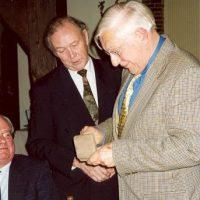 Prof.ir. W. Herman de Groot krijgt de Hoogewerff Bronzen Medaille uit handen van de vice-voorzitter prof.dr.ir. H. de Waal.