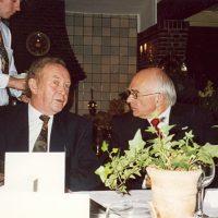 Dr. A.J.H. Nollet (r) in gesprek met vice-voorzitter prof.dr.ir. H. de Waal.