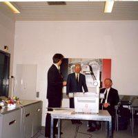 De winnaar van de Hoogewerff Jongerenprijs 1995, dr.ir. B. Smit (l), met de voorzitter van het Hoogewerff-Fonds, prof.dr.ir. D. Thoenes, en bestuurslid prof.drs.ir. J. Groot Wassink.