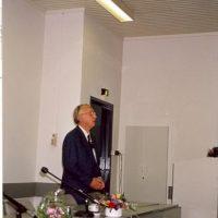 De voorzitter van het Hoogewerff-Fonds, prof.dr.ir. D. Thoenes, spreekt de winnaar van de Hoogewerff Jongerenprijs 1995, dr.ir. B. Smit, toe.
