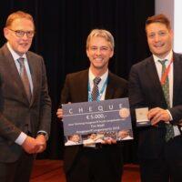 De daarbij behorende cheque van 5000 Euro overhandigd door Dr. Peter Berben, voorzitter Stichting Hoogewerff-Fonds